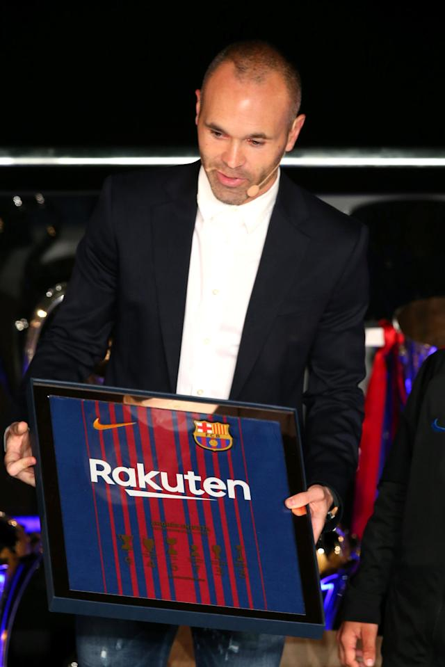 Soccer Football - FC Barcelona Tribute to Andres Iniesta - Auditorium 1899, Barcelona, Spain - May 18, 2018 Andres Iniesta receives a gift during the presentation REUTERS/Albert Gea