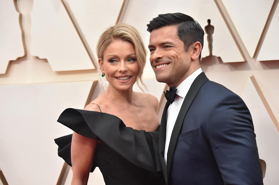 HOLLYWOOD, CALIFORNIA - FEBRUARY 09: (L-R) Kelly Ripa and Mark Consuelos attend the 92nd Annual Academy Awards at Hollywood and Highland on February 09, 2020 in Hollywood, California. (Photo by Jeff Kravitz/FilmMagic)