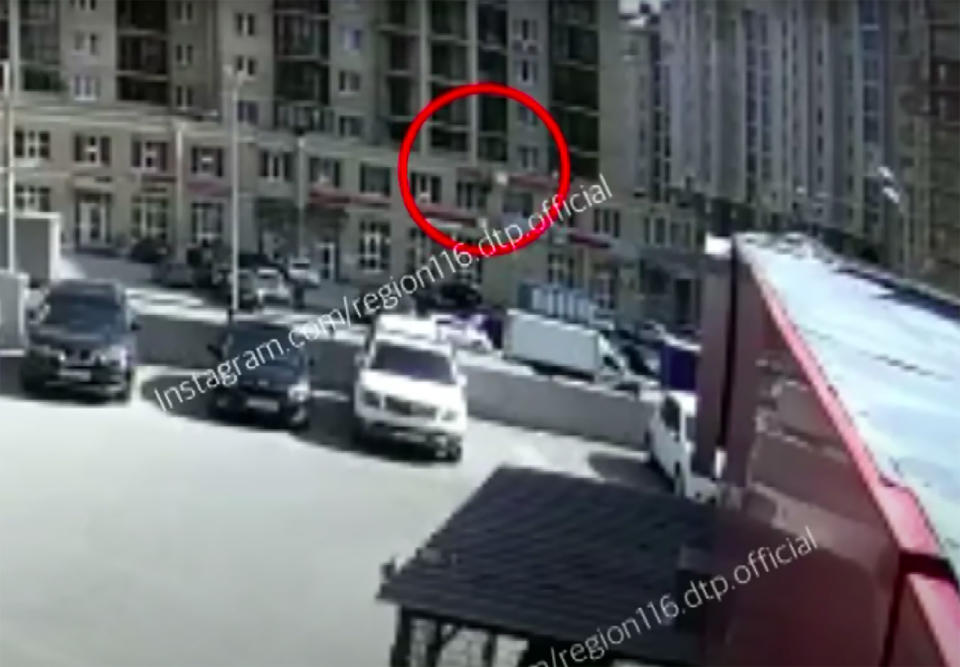A red circle around the woman who fell to her death while cleaning windows.