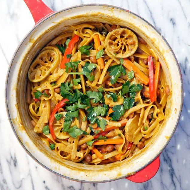 "<strong>자세한 레시피는 <a href=""http://www.apronstringsblog.com/one-pot-wonder-thai-peanut-pasta-recipe/"" target=""_blank"">여기를 클릭!</a> from Apron Strings</strong>"