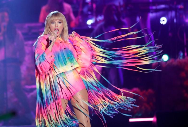 Taylor Swift wins some support in feud with old label, and lots of silence