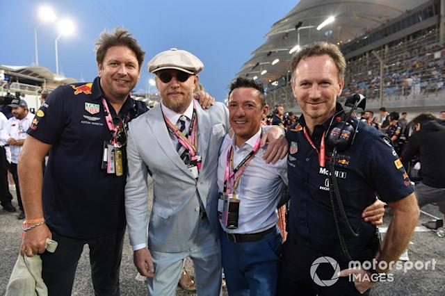 "James Martin de Red Bull, el actor y director Guy Ritchie, el jinete Frankie Dettori, y Christian Horner <span class=""copyright"">Mark Sutton / Motorsport Images</span>"