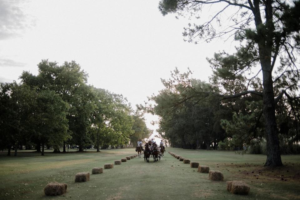 Entering the <em>estancia</em> with a carriage is a family tradition. We created a rural avenue with haystacks. Three gauchos wearing typical <em>fajas</em> belts and colorful ponchos were escorting us.