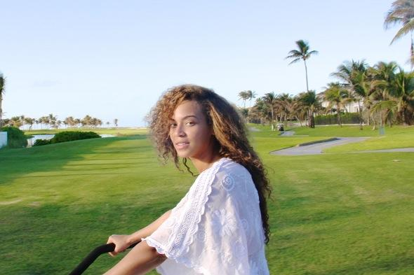 Beyoncé cuddles daughter Blue Ivy in holiday hot tub
