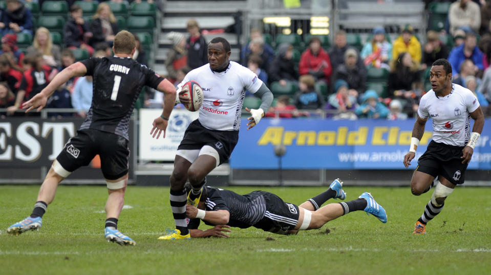 Fiji's Pio Tuwai (2nd L) runs with the ball during the Rugby Union Glasgow Sevens Cup Semi Final match against New Zealand, part of the IRB Sevens World Series, in Glasgow, Scotland, on May 4, 2014 (AFP Photo/Andy Buchanan)