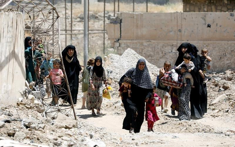 Displaced civilians walk towards the Iraqi Army positions after fleeing their homes due to clashes in the Shifa neighbourhood in western Mosul, Iraq June 15, 2017. REUTERS/Erik De Castro