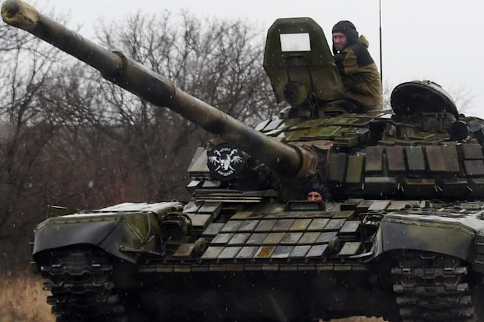 A tank crew drives along the road near the eastern Ukrainian city of Donetsk on Febuary 2, 2015 (AFP Photo/Dominque Faget)