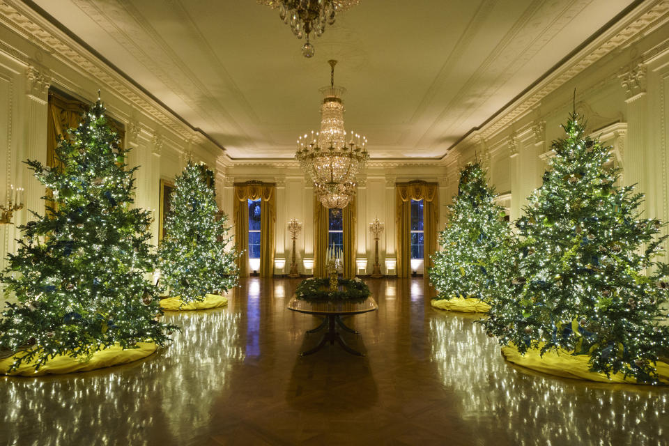Decoraciones navideñas en el East Room de la Casa Blanca, fotografiadas el pasado 30 de noviembre de 2020. (Photo by Drew Angerer/Getty Images)