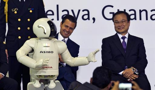 <p>Mexican President Enrique Pena Nieto (L) and Japanese Honda CEO Takanobu Ito watch the presentation of robot Asimo during the opening of the new Honda car factory in Celaya, Guanajuato state, Mexico on February 21, 2014</p>