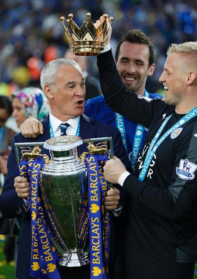 Leicester City's manager Claudio Ranieri (L) poses with defender Christian Fuchs (C) and goalkeeper Kasper Schmeichel and the Premier League trophy on May 7, 2016 (AFP Photo/Adrian Dennis)