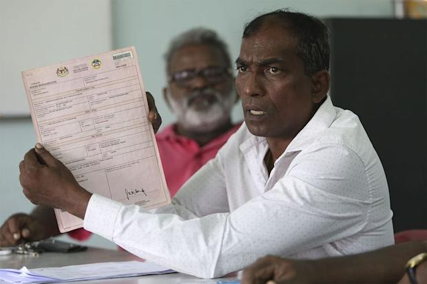 Thevasegamani (centre) speaking during a press conference in Klang, January 15, 2018. — Picture by Yusof Mat Isa