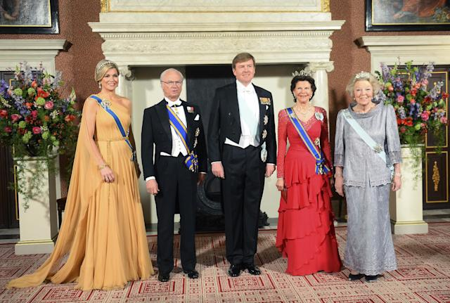Sweden's King Carl Gustaf, second left and Queen Silvia, second right, Dutch King Willem Alexander, center, Queen Maxima, left, and Princess Beatrix, right, pose for photographers at the royal palace Friday, April 4, 2014, in Amsterdam, Netherlands. Sweden's King Carl Gustaf and Queen Silvia are on a two-day visit to the Netherlands. (AP Photo/Toussaint Kluiters, Pool)