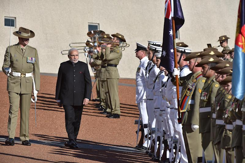 Indian Prime Minister Narendra Modi (2-L) inspects the Federation Guard during a ceremonial welcome at the Parliament House in Canberra on November 18, 2014 (AFP Photo/Mark Graham)