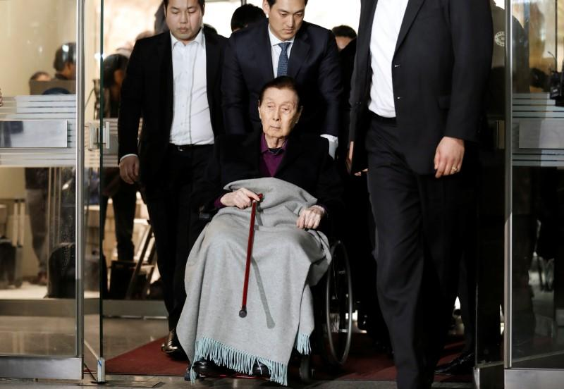 Lotte Group Founder Shin Kyuk-ho arrives for a trial at a court in Seoul