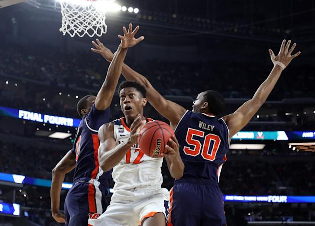 De'Andre Hunter #12 of the Virginia Cavaliers drives to the basket against Horace Spencer #0 and Austin Wiley #50 of the Auburn Tigers in the second half during the 2019 NCAA Final Four semifinal at U.S. Bank Stadium on April 6, 2019 in Minneapolis, Minnesota. (Photo by Streeter Lecka/Getty Images)