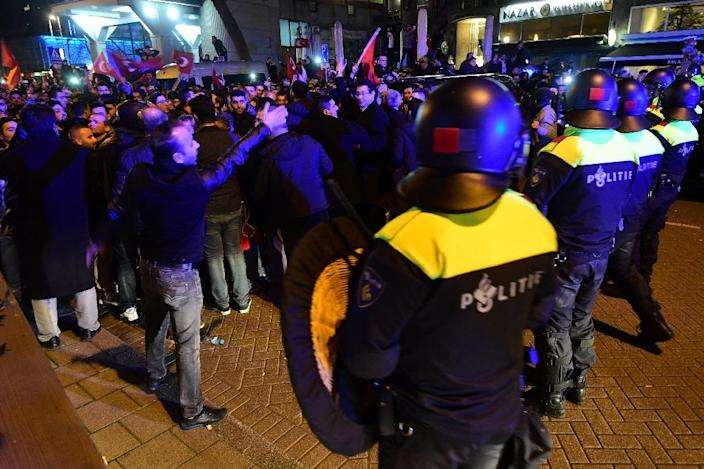 Dutch police clashed with Turkish supporters in Rotterdam, on March 12, 2017 (AFP Photo/Emmanuel DUNAND)