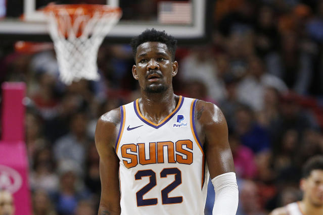 "The NBA has suspended <a class=""link rapid-noclick-resp"" href=""/nba/teams/phoenix/"" data-ylk=""slk:Phoenix Suns"">Phoenix Suns</a> center <a class=""link rapid-noclick-resp"" href=""/nba/players/5958/"" data-ylk=""slk:Deandre Ayton"">Deandre Ayton</a> for 25 games. (Michael Reaves/Getty Images)"