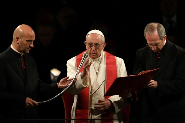 O papa Francisco preside a Via Crucis no Coliseu, em Roma, em 14 de abril de 2017