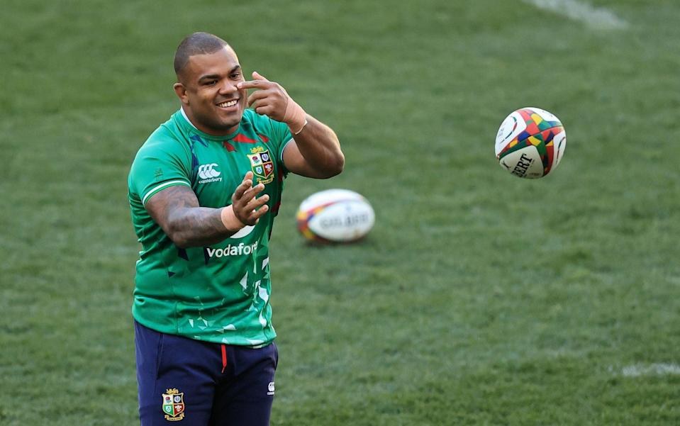 Kyle Sinckler passes the ball during the British & Irish Lions captain's run - GETTY IMAGES