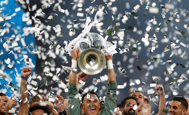 Soccer Football - Champions League Final - Real Madrid v Liverpool - NSC Olympic Stadium, Kiev, Ukraine - May 26, 2018 Real Madrid's Keylor Navas lifts the trophy as they celebrate winning the Champions League REUTERS/Andrew Boyers
