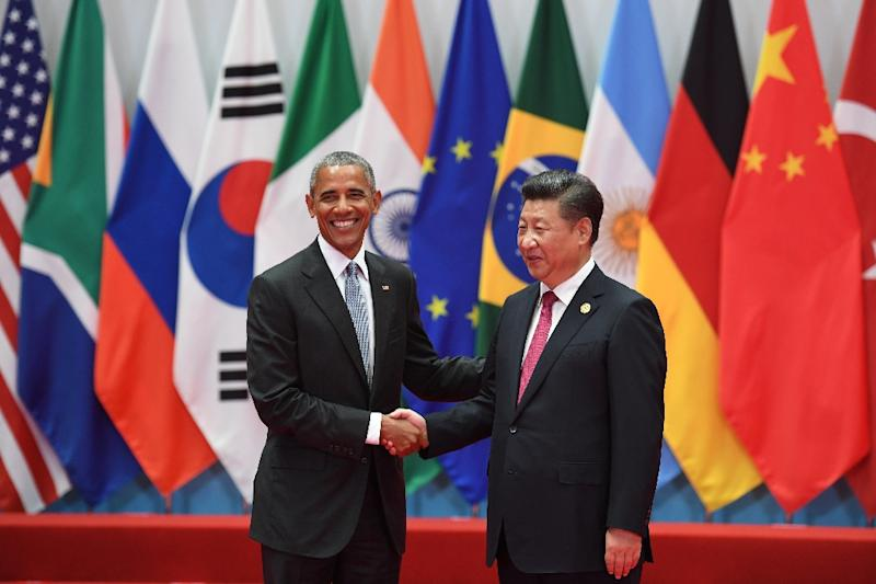 China's President Xi Jinping (R) shaking hands with US President Barack Obama before the G20 leaders' family photo in Hangzhou on September 4, 2016 (AFP Photo/Greg BAKER)