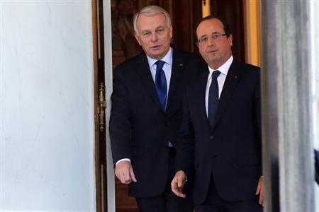 French President Francois Hollande (R) and Prime Minister Jean-Marc Ayrault leave a meeting with French government members about government plan to simplify administrative bureaucracy at the Elysee Palace in Paris October 23, 2013. REUTERS/Philippe Wojazer