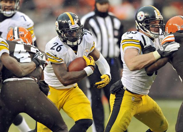 Pittsburgh Steelers running back Le'Veon Bell (26) runs against the Cleveland Browns behind a block from tight end Heath Miller (83) in the fourth quarter of an NFL football game Sunday, Nov. 24, 2013. (AP Photo/David Richard)