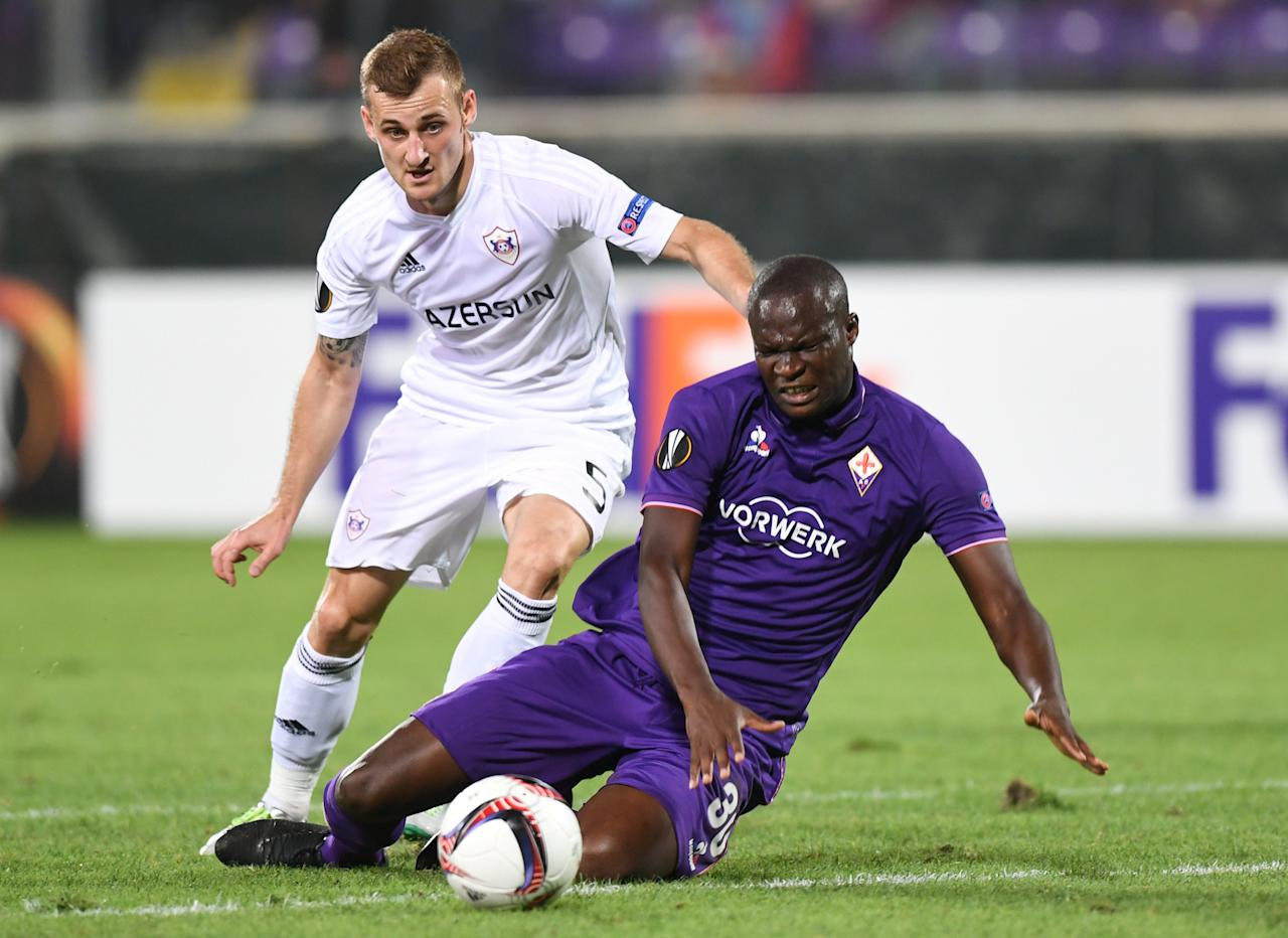Football Soccer - Fiorentina v Qarabag - UEFA Europa League Group Stage - Group J - Florence, Italy - 29/09/16. Fiorentina's Khouma Babacar (R) is challenged by Qarabag's Maksim Medvedev. REUTERS/Alberto Lingria FOR EDITORIAL USE ONLY. NO RESALES. NO ARCHIVES.