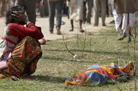 A woman cries next to the body of a victim killed in a stampede near Ratangarh temple, in Datia district in the central Indian state of Madhya Pradesh October 13, 2013. REUTERS/Stringer