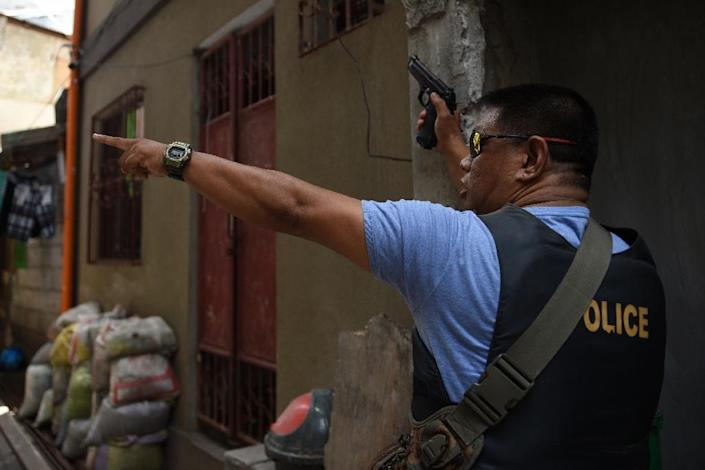 A plainclothes police officer takes part in an anti-drugs operation in suburban Manila (AFP Photo/Ted Aljibe)
