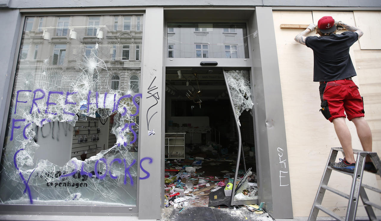 <p>A man works outside a shop that was looted during demonstrations at the G20 summit in Hamburg, Germany, July 8, 2017. (Photo: Fabrizio Bensch/Reuters) </p>