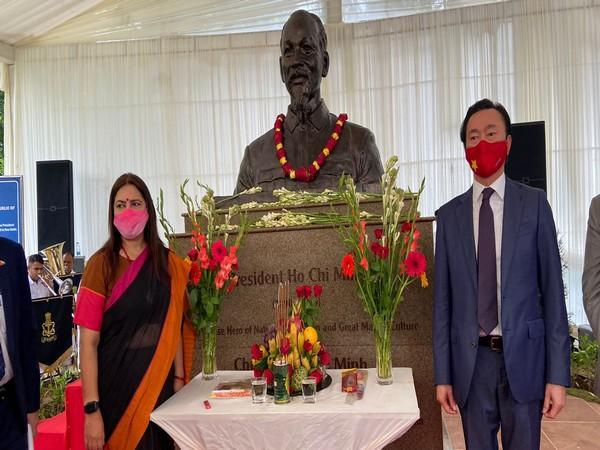 Minister of State for External Affairs and Culture Meenakashi Lekhi and ambassador of Vietnam to India Pham Sanh Chau at the unveiling of President Ho Chi Minh's bust in New Delhi. (ANI)