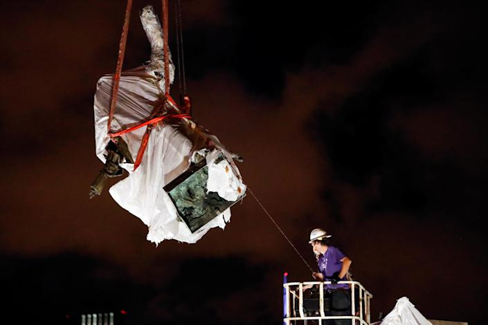 Municipal workers remove a Christopher Columbus statue from Chicago's Grant Park early Friday morning. (Kamil Krzaczynski/Reuters)