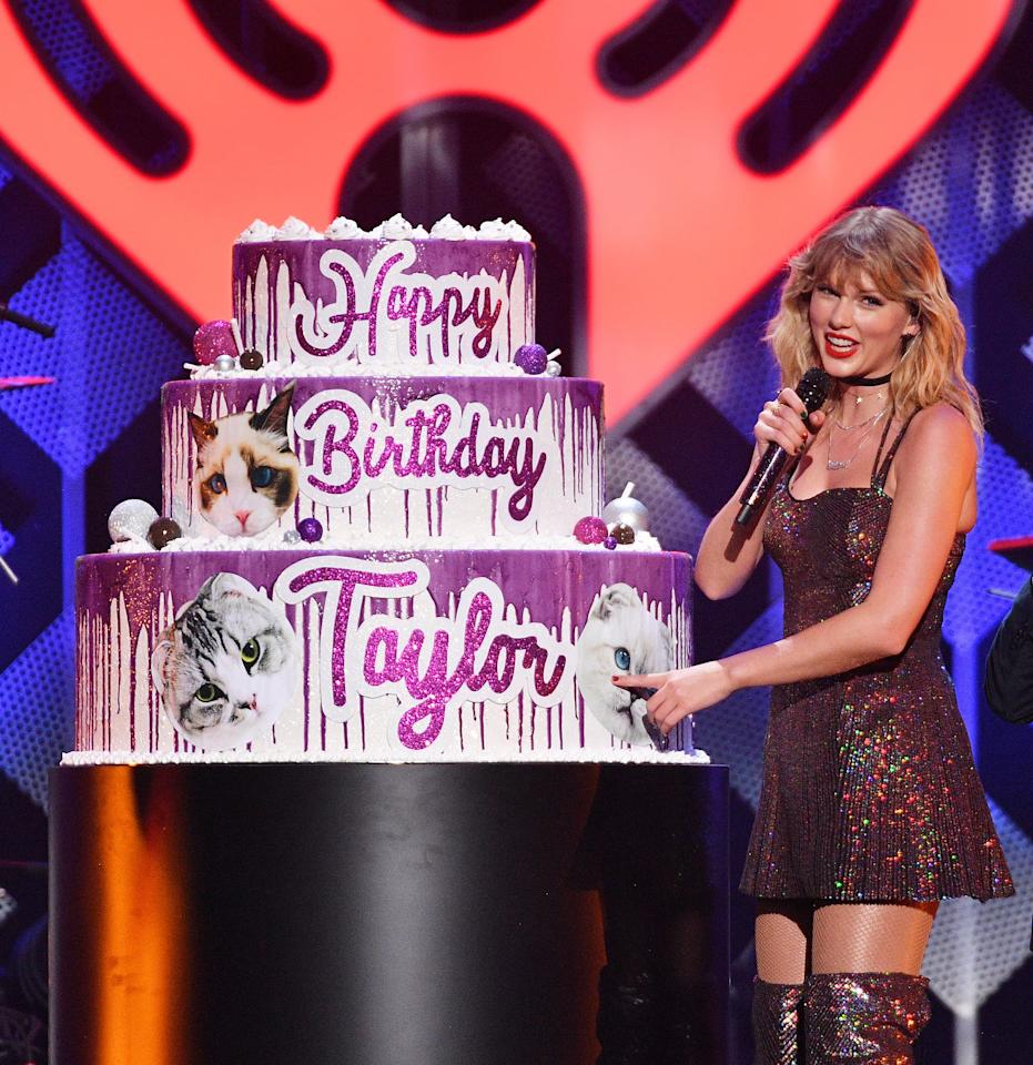 Taylor Swift Celebrates 30th Birthday with Cat-Themed Cake