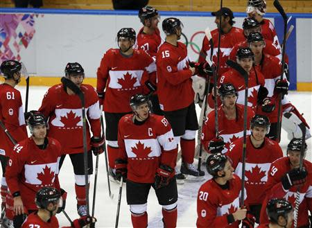 Canada's Sidney Crosby (C) and his teammates salute the fans after defeating Norway in their men's preliminary round ice hockey game at the 2014 Sochi Winter Olympic Games, February 13, 2014. REUTERS/Grigory Dukor