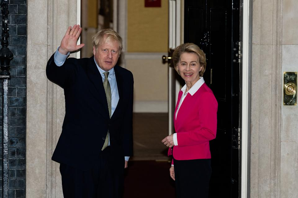 LONDON, UNITED KINGDOM - JANUARY 08, 2020: British Prime Minister Boris Johnson (L) welcomes the European Comission President Ursula von der Leyen (R) on the steps of 10 Downing Street ahead of their meeting on 08 January, 2020 in London, England. The meeting is set to open talks on Britain's post-Brexit trade deal with the EU ahead of the formal negotiations which will start once the 11-month transition period begins in February.- PHOTOGRAPH BY Wiktor Szymanowicz / Barcroft Media (Photo credit should read Wiktor Szymanowicz / Barcroft Media via Getty Images)