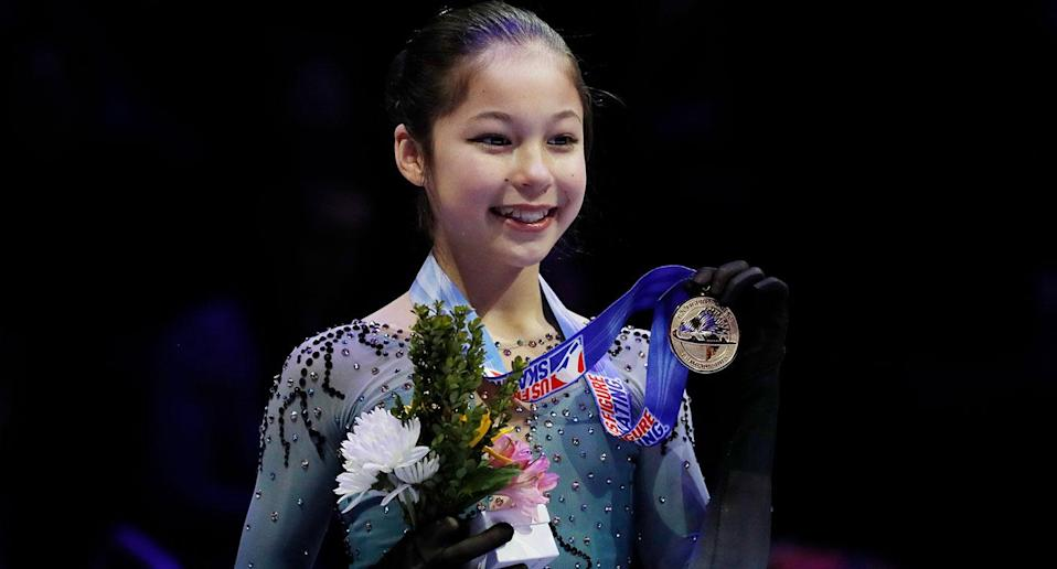 Alysa Liu holds her medal after winning the women's title during the U.S. Figure Skating Championships. (AP)