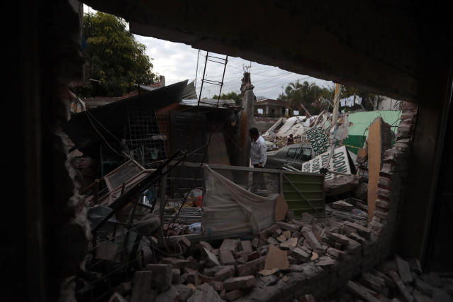 <p>A man surveys a building demolished by a 7.1 earthquake, in Jojutla, Morelos state, Mexico, Sept. 20, 2017. (Photo: Eduardo Verdugo/AP) </p>