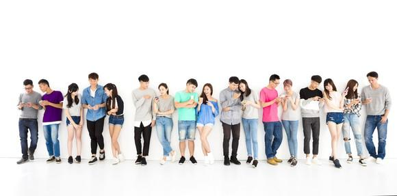 A group of Chinese smartphone users.