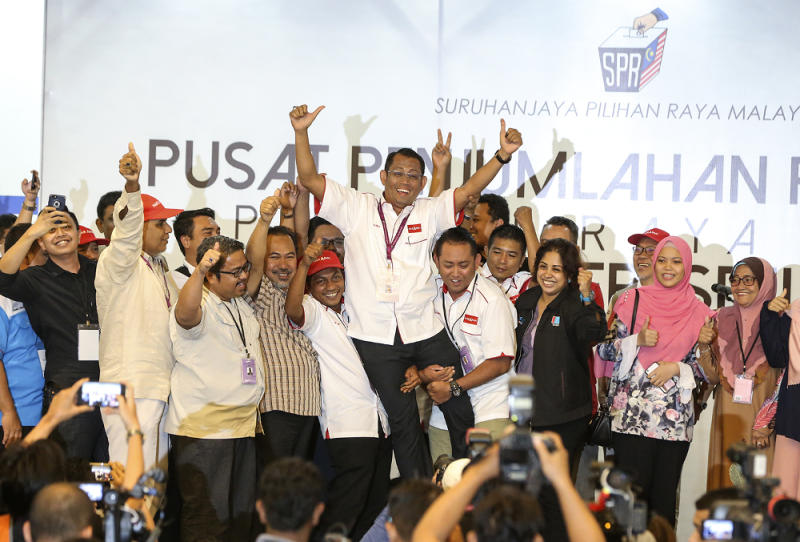 Pakatan Harapan's Seri Setia by-election candidate Halimey Abu Bakar (centre) celebrates after winning the Seri Setia by-election in Petaling Jaya, September 9, 2018. ― Picture by Azneal Ishak