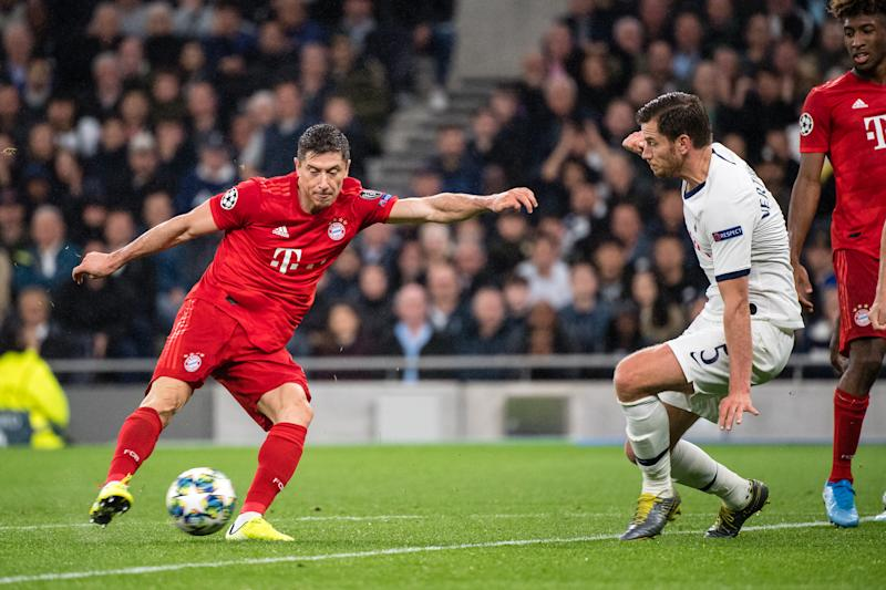 01 October 2019, Great Britain, London: Soccer: Champions League, Tottenham Hotspur - FC Bayern Munich, Group stage, Group B, 2nd matchday at Tottenham Hotspur Stadium. Robert Lewandowski from FC Bayern Munich (l) scores to 2:1. On the right, Jan Vertonghen from Tottenham can no longer defend the ball. Photo: Matthias Balk/dpa (Photo by Matthias Balk/picture alliance via Getty Images)