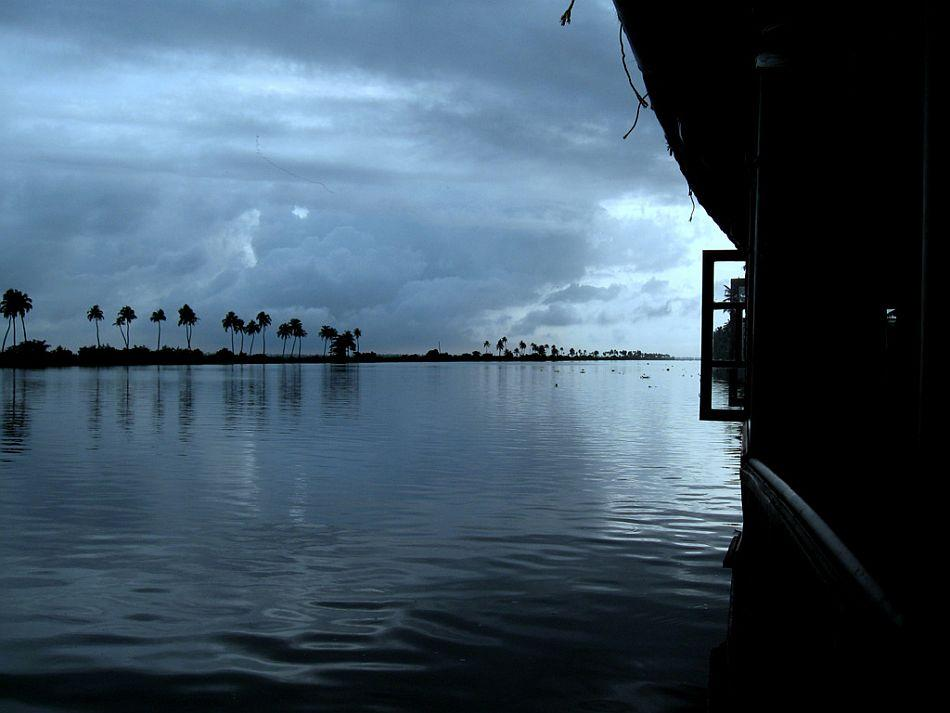 Although Alappuzha is welcoming throughout the year, the best time for a visit is winter (temperatures range from 20°C to 32°C from October through March). The summer months (22°C to 35°C) are humid. The nearest airport is Kochi, located at a driving distance of 54 km (approximately 90 minutes). Malayalam is the most spoken language. Tamil, Hindi and English are also widely spoken.