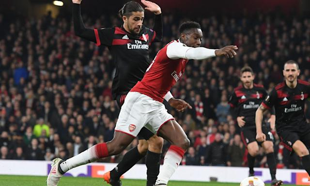 Danny Welbeck starts to fall with Milan defender Ricardo Rodríguez just behind him.