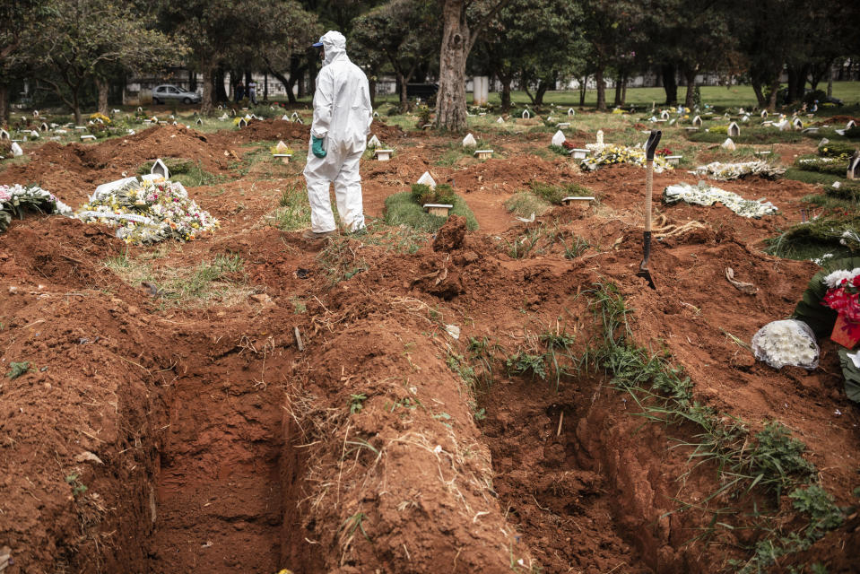 Gravediggers wearing protection against contamination bury the body of a dead man on suspicion of Covid-19 in the cemetery of Vila Alpina, east side of Sao Paulo, on April 3, 2020. In the morning alone, five burials were held of suspects of the disease, while about 150 graves have already been opened, ''waiting'' for the victims the new coronavirus. It is estimated that there will be 300 in all until the senana comes, when the daily number of burials should jump from 12 to 30 per day (Photo by Gustavo Basso/NurPhoto via Getty Images)