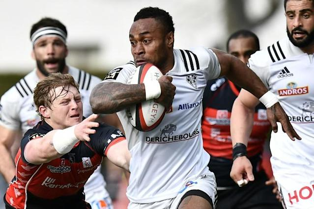 Brive's wing Benito Masilevu (C) vies with Oyonnax' scrum-half James Hall (L) during a French Top 14 rugby union match in Oyonnax, central eastern France (AFP Photo/JEFF PACHOUD)