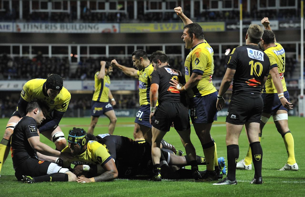 Clermont's French lock Sebastien Vahaamahina (L) scores a try during the French Union Rugby match between ASM Clermont and La Rochelle at the Michelin stadium in Clermont-Ferrand, central France, on May 6, 2017. (AFP Photo/THIERRY ZOCCOLAN)
