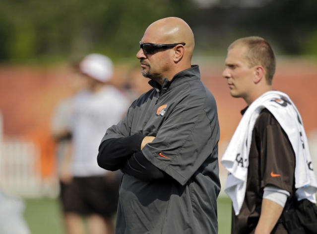 Cleveland Browns head coach Mike Pettine watches the veterans take their conditioning test at the NFL football team's training camp in Berea, Ohio, Friday, July 25, 2014. (AP Photo)