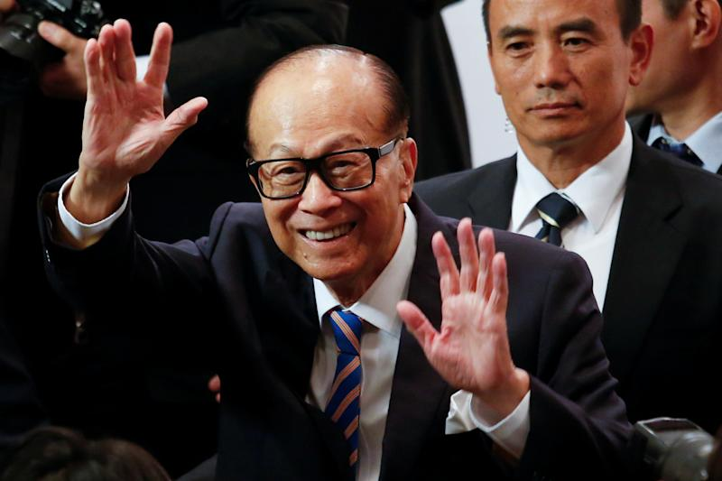 Hong Kong tycoon Li Ka-shing waves goodbye to journalists after announcing his retirement as chairman of CK Hutchison Holdings Ltd at a news conference in Hong Kong, China March 16, 2018. REUTERS/Bobby Yip