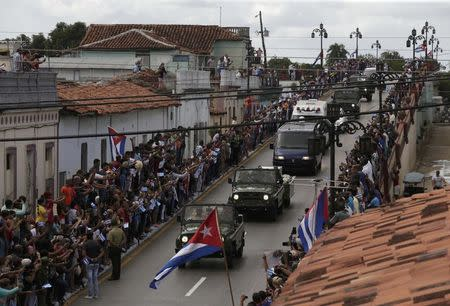 People view the caravan carrying Cuba's late President Fidel Castro's ashes in Ciego de Avila, Cuba, December 1, 2016.      REUTERS/Enrique De La Osa