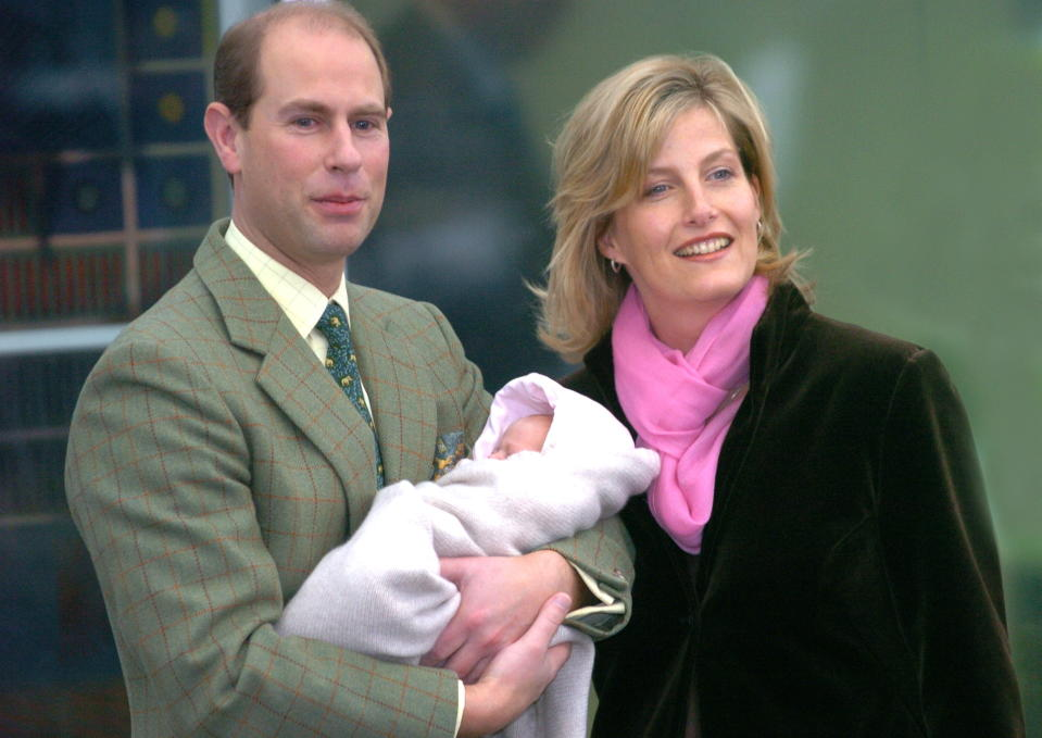 FRIMLEY, UNITED KINGDOM - NOVEMBER 23:  The Earl And Countess Of Wessex (prince Edward And Sophie Wessex) As Proud Parents Leaving Frimley Park Hospital With Their 2 Week-old Baby Daughter, Lady Louise Windsor.  (Photo by Tim Graham Picture Library/Getty Images)